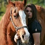 Muž v sedle, žena v sedle. Co na to kůň?