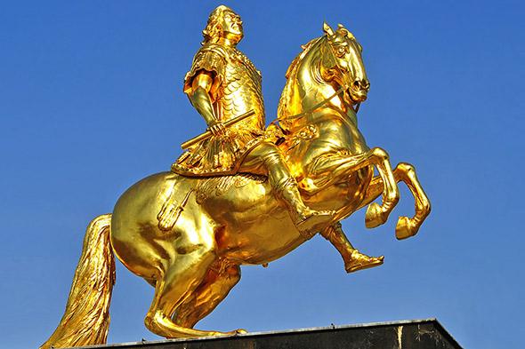 zlatá socha koně